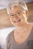 Porträt des glücklichen weiblichen Pensionärs Stockfotografie