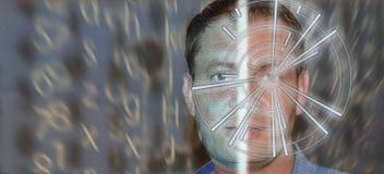 Porträt des gut aussehenden Mannes mit Technologiemuster auf Auge und wireframe auf der Hälfte eines Gesichtes Digital Identifika stockbilder