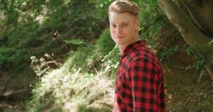 Porträt des gutaussehenden Mannes über grüner Natur Lizenzfreie Stockfotos