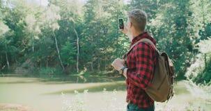 Porträt des gutaussehenden Mannes über grüner Natur stock footage