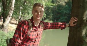 Porträt des gutaussehenden Mannes über grüner Natur Lizenzfreies Stockbild