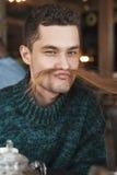 Porträt des gutaussehenden Mannes auf Jeans-Mode Lizenzfreies Stockbild