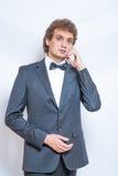 Porträt des gutaussehenden Mannes im schwarzen Anzug Stockfotos