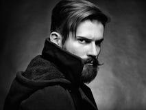 Porträt des gutaussehenden Mannes mit Bart lizenzfreies stockbild