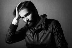 Porträt des gutaussehenden Mannes mit Bart stockbild