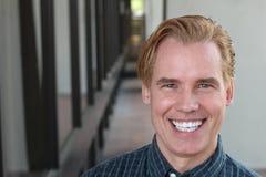 Porträt des gutaussehenden Mannes mit einem PERFEKTEN LÄCHELN Lizenzfreie Stockfotografie