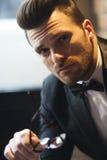 Porträt des gutaussehenden Mannes mit Fliegen- und Smokingsanzug lizenzfreie stockfotos