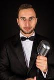 Porträt des gutaussehenden Mannes singen auf Mikrofon Lizenzfreie Stockbilder