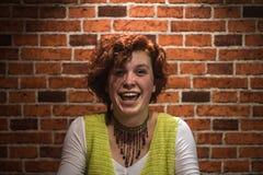 Porträt des guten-lookin Mädchens mit dem gelockten Haar und den Sommersprossen des Ingwers stockfoto