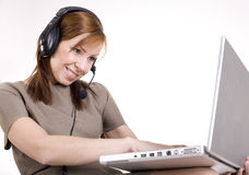 Porträt des hübschen Anrufbetreibers, der auf die Schossoberseite lächelt und schreibt Stockbilder