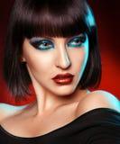 Porträt des hübschen Brunette mit kare Haarschnitt lizenzfreies stockbild