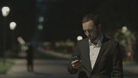 Porträt des hübschen erwachsenen Geschäftsmannes stock footage