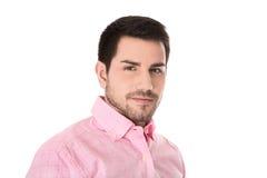 Porträt des hübschen Geschäftsmannes im rosa Hemd lokalisiert auf Weiß lizenzfreie stockbilder