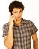 Porträt des hübschen jungen Mannes, der Mobiltelefon verwendet Lizenzfreies Stockbild