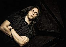 Porträt des hübschen jungen Mannes mit dem langen Haar. Niedrig Stockbild