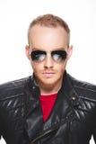 Porträt des hübschen jungen Mannes mit Reflexion in der Sonnenbrille Stockfoto
