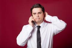 Porträt des hübschen jungen Mannes mit Telefon auf dem wunderbaren burgu Stockbild