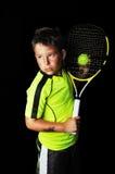 Porträt des hübschen Jungen mit Tennisausrüstung Lizenzfreie Stockbilder