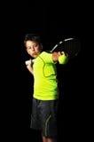Porträt des hübschen Jungen mit Tennisausrüstung Stockbild