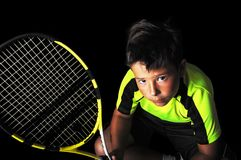 Porträt des hübschen Jungen mit Tennisausrüstung Lizenzfreie Stockfotos