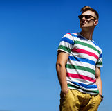 Porträt des hübschen jungen modernen Mannes in der Sonnenbrille Lizenzfreies Stockbild