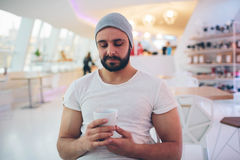 Porträt des hübschen Kerls hält Kaffeetasse stockfotografie