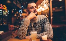 Porträt des hübschen Kerls hält Kaffeetasse stockfotos