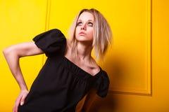 Porträt des hübschen Mädchens auf gelbem Hintergrund Lizenzfreie Stockfotografie