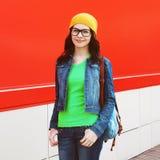 Porträt des hübschen Mädchens in den Gläsern, die einen hellen zufälligen Stoff tragen Stockfotos