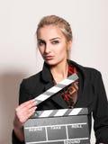 Porträt des hübschen Mädchens mit Filmschiefer lizenzfreies stockfoto