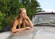 Porträt des hübschen Mädchens und des Autos Stockbild