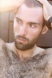 Porträt des hübschen männlichen Kerls mit Wassertropfen auf а-fac Stockbild