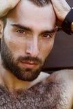 Porträt des hübschen männlichen Kerls mit Wassertropfen auf а-fac Stockfotos
