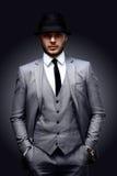 Porträt des hübschen stilvollen Mannes in der eleganten Klage Stockfotos