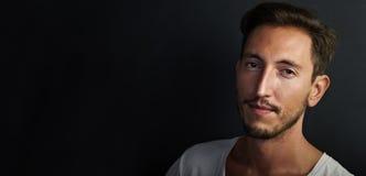Porträt des hübschen tragenden Weiß des jungen Mannes Stockfotografie