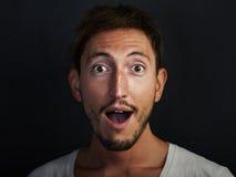 Porträt des hübschen tragenden Weiß des jungen Mannes Lizenzfreies Stockbild