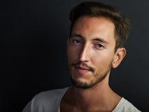 Porträt des hübschen tragenden Weiß des jungen Mannes Stockfotos