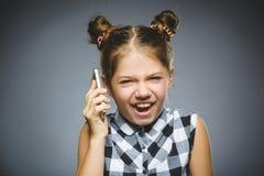 Porträt des Handlungsmädchens mit Mobile oder Handy Negatives menschliches Gefühl lizenzfreie stockfotos