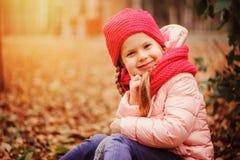 Porträt des Herbstes im Freien des glücklichen kleines Kindermädchens, das den Weg in der sonnigen Gleichheit genießt Lizenzfreie Stockfotografie