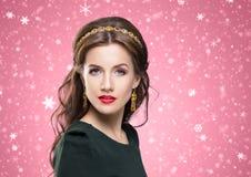 Porträt des herrlichen Brunette goldene LuxusKrone tragend und Lizenzfreie Stockfotografie