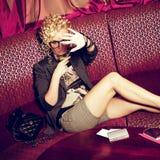 Porträt des herrlichen Superstars mit dem Cocktailverstecken Stockfoto