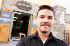 Porträt des Hippies Barber Standing Outside Shop Lizenzfreie Stockfotografie