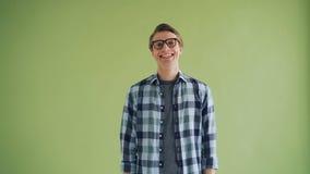 Porträt des Hippies der frohen Natur lächelnd und auf grünem Hintergrund lachend stock video footage