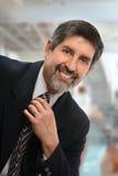 Porträt des hispanischen Geschäftsmannes Indoors Stockbild