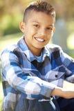 Porträt des hispanischen Jungen in der Landschaft Stockbild