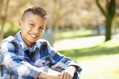 Porträt des hispanischen Jungen in der Landschaft Lizenzfreies Stockfoto