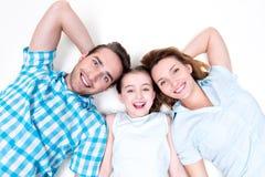 Porträt des hohen Winkels der kaukasischen glücklichen lächelnden jungen Familie stockfotos