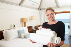 Porträt des Hotel-Stubenmädchens mit Tüchern Lizenzfreies Stockfoto