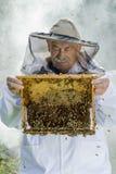 Porträt des Imkers mit Bienenwabe Stockbilder