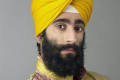 Porträt des indischen Sikhmannes mit buschigem Bart Stockbilder